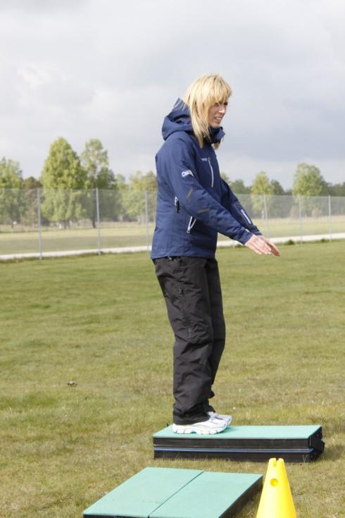 Cecilie Køste går igenom olika targets, här på en plattform.